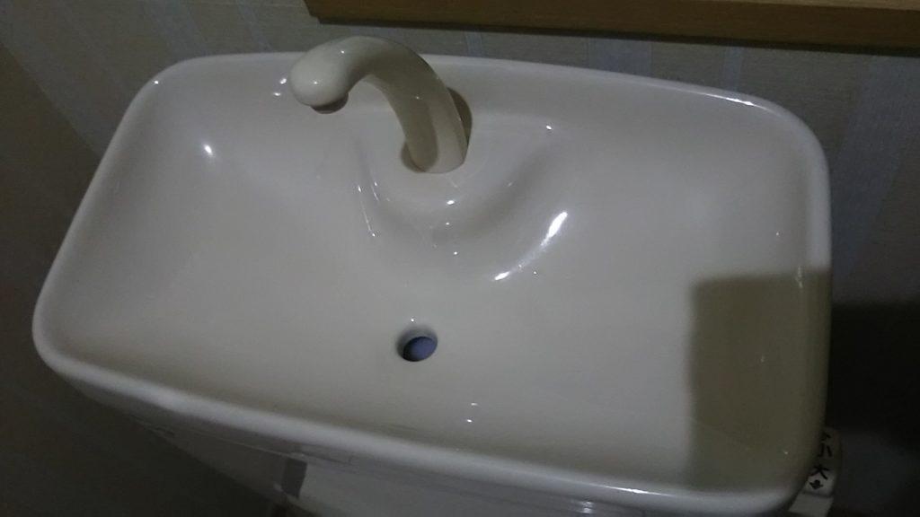 清掃後の手洗いタンク上部