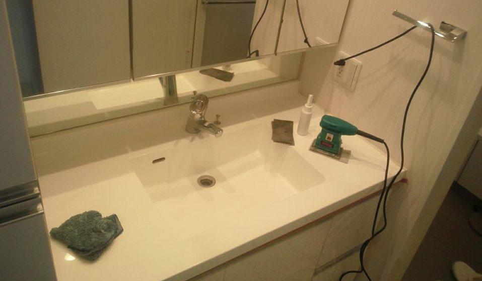 洗面化粧台の天板を研磨
