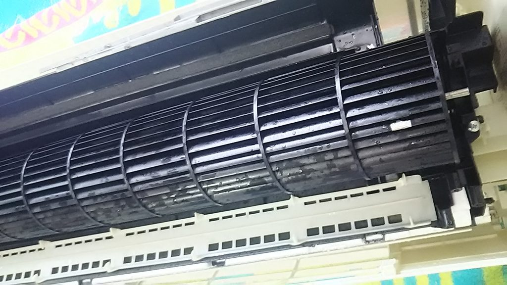 洗浄したエアコン部品
