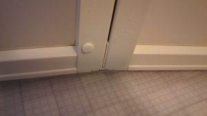 ドア下のカリカリ汚れ