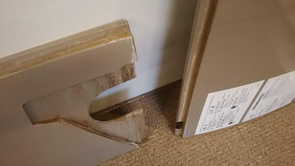 バスタブ正面の汚れた板