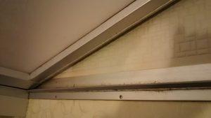 浴室のドア下の汚れ