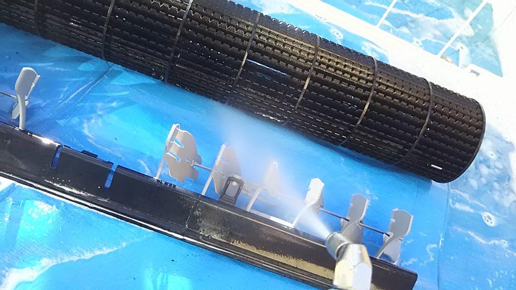 エアコン外した部品も高圧洗浄