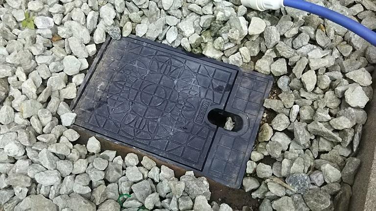 地面に埋もれている散水栓