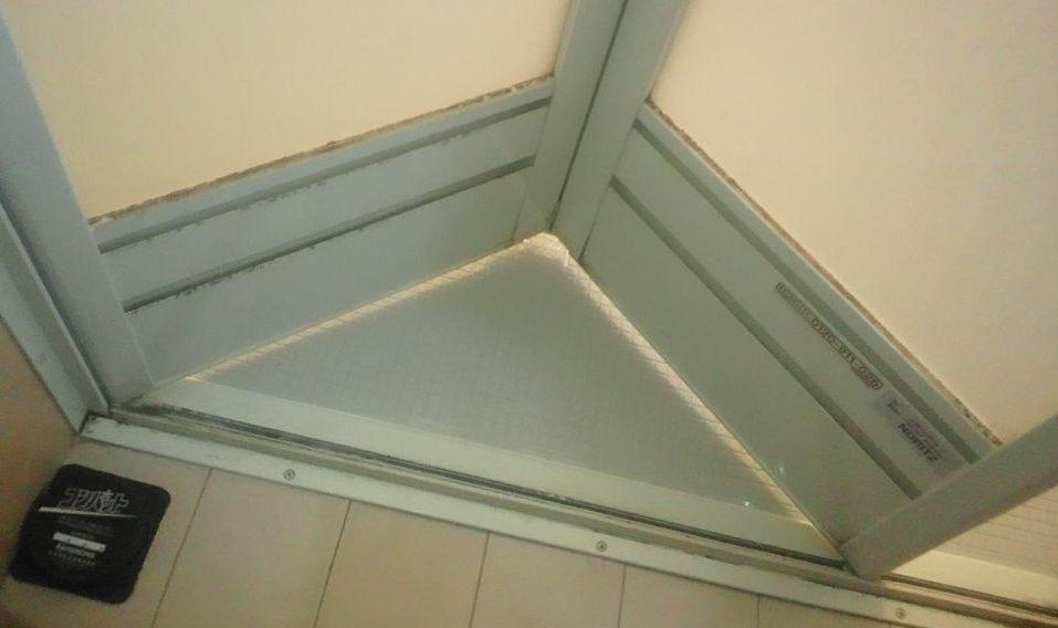 ホコリで汚れている浴室のドア
