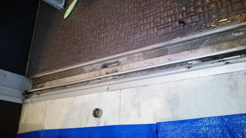 浴室ドア下の汚れ ハウス エアコン 分解 クリーニング 愛知 名古屋 岐阜 江南 清須 春日井 小牧 一宮 お風呂