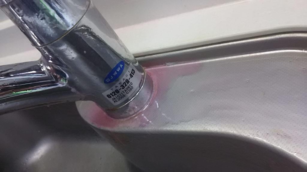 洗剤を塗っている