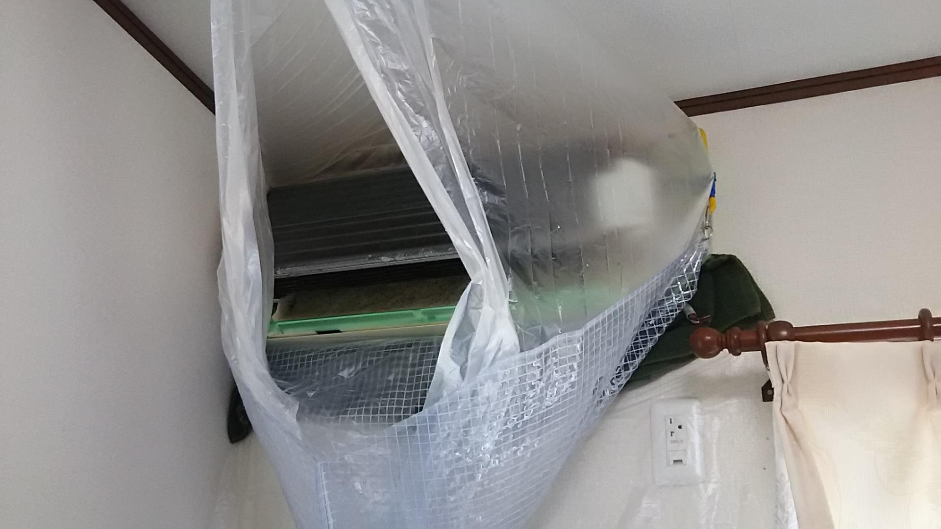 高圧洗浄中 三菱エアコン霧ヶ峰 名古屋 分解洗浄 クリーニング 業者 ドレンパン外す ファン抜く カビ汚れ