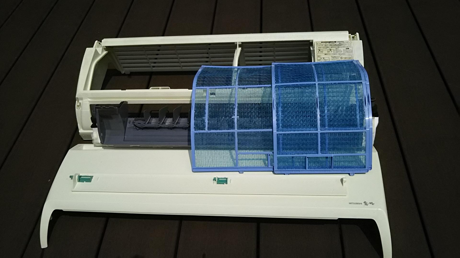 外した部品 三菱エアコン霧ヶ峰 名古屋 分解洗浄 クリーニング 業者 ドレンパン外す ファン抜く カビ汚れ