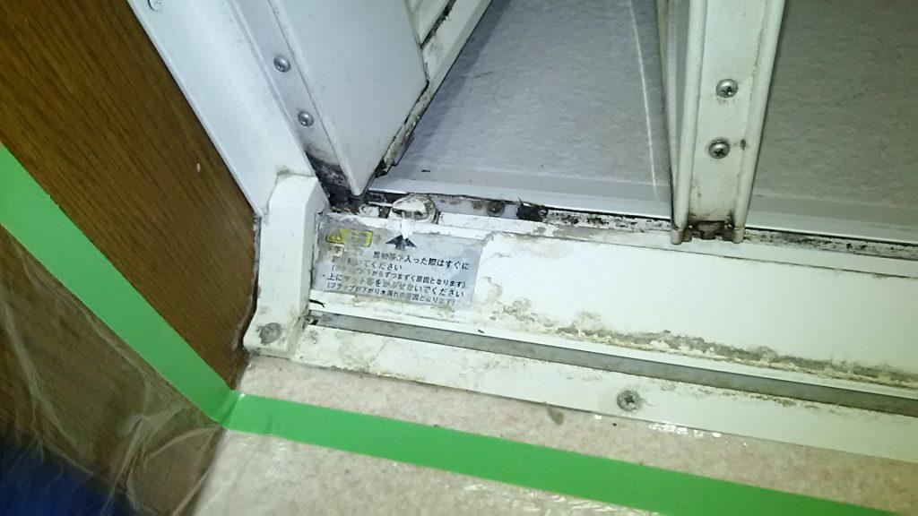 ドア下のカリカリした汚れ ハウス エアコン 分解 クリーニング 愛知 名古屋 岐阜 江南 清須 春日井 小牧 一宮 お風呂 浴室