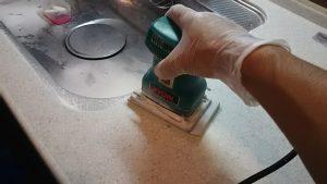 電動工具で磨く