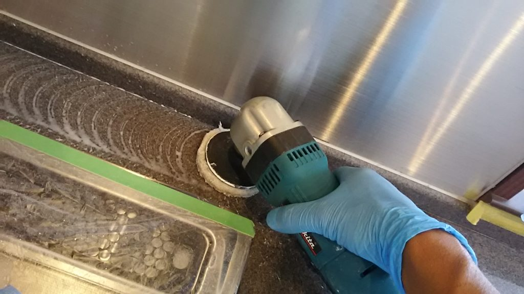 電動工具で艶出し中 キッチン 天板 ワークトップ キズ 消し どうやって消す 人工大理石 プロ 裏技