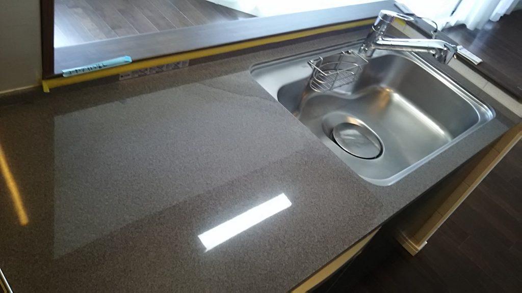 キッチン 天板 ワークトップ キズ 消し どうやって消す 人工大理石 プロ 裏技