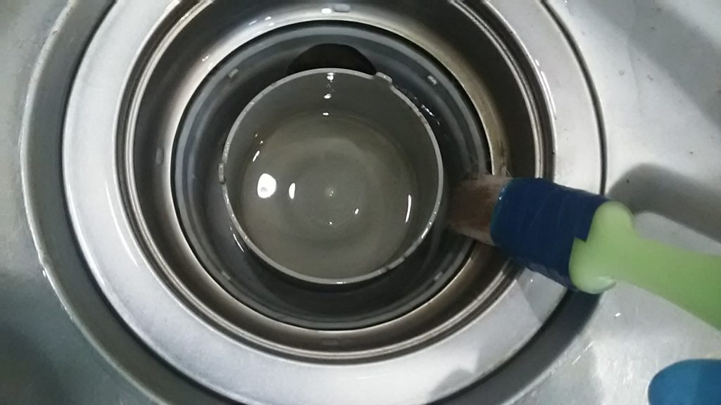 キッチン排水溝を刷毛でつつく