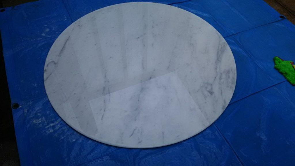 研磨後の大理石テーブル