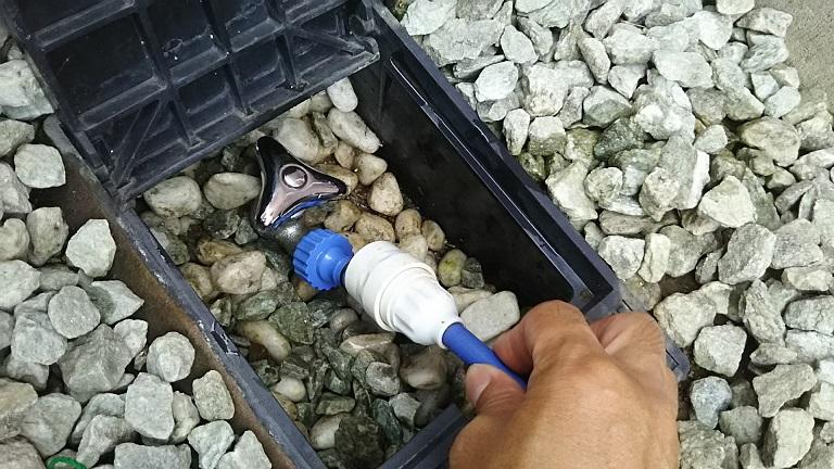 散水栓 シャワーホースのつなぎ方 ホースを引っ張る 接続 おそうじ 浴室 蛇口 タカギ
