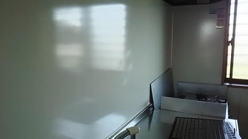 キッチン壁面の磨きキズ