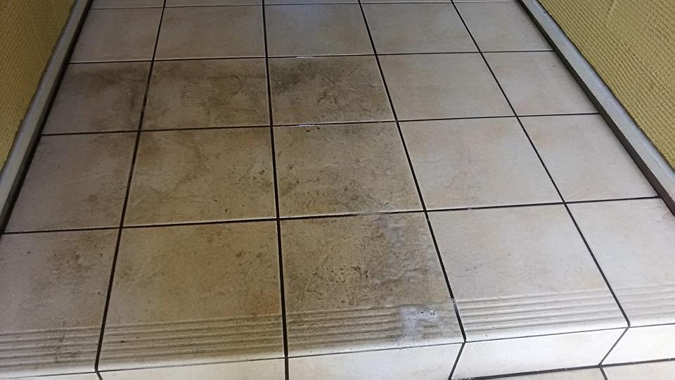 玄関タイルの黒ズミ汚れ落とし方法