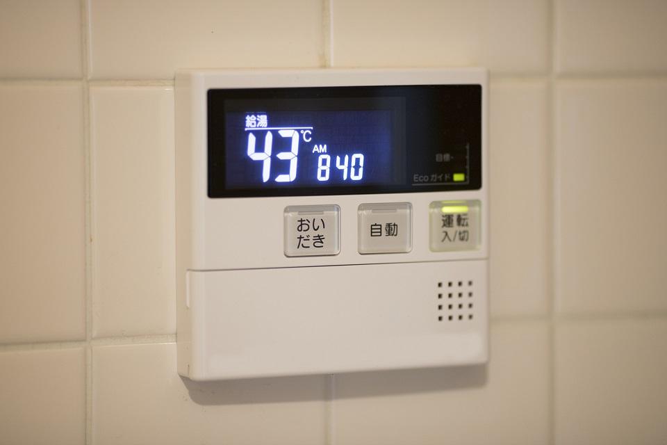 浴室給湯器操作パネル表示の水垢汚れ